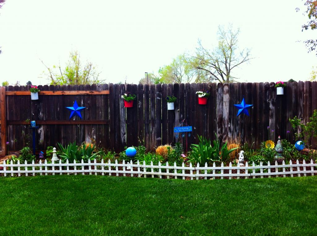 15 upcycled garden projects with links for Garden fence decoration ideas